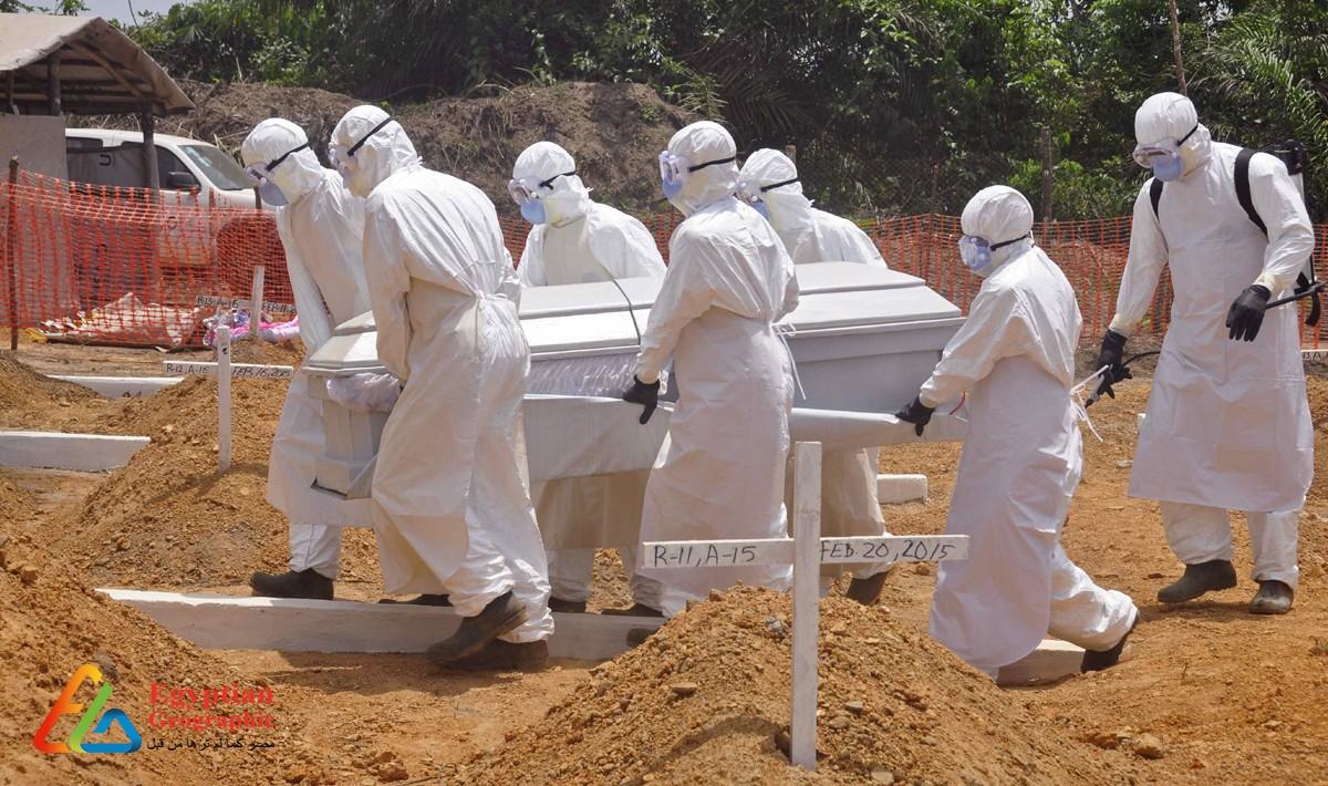فريق نقل ضحايا الأوبئة ينقل إحدي الجثث