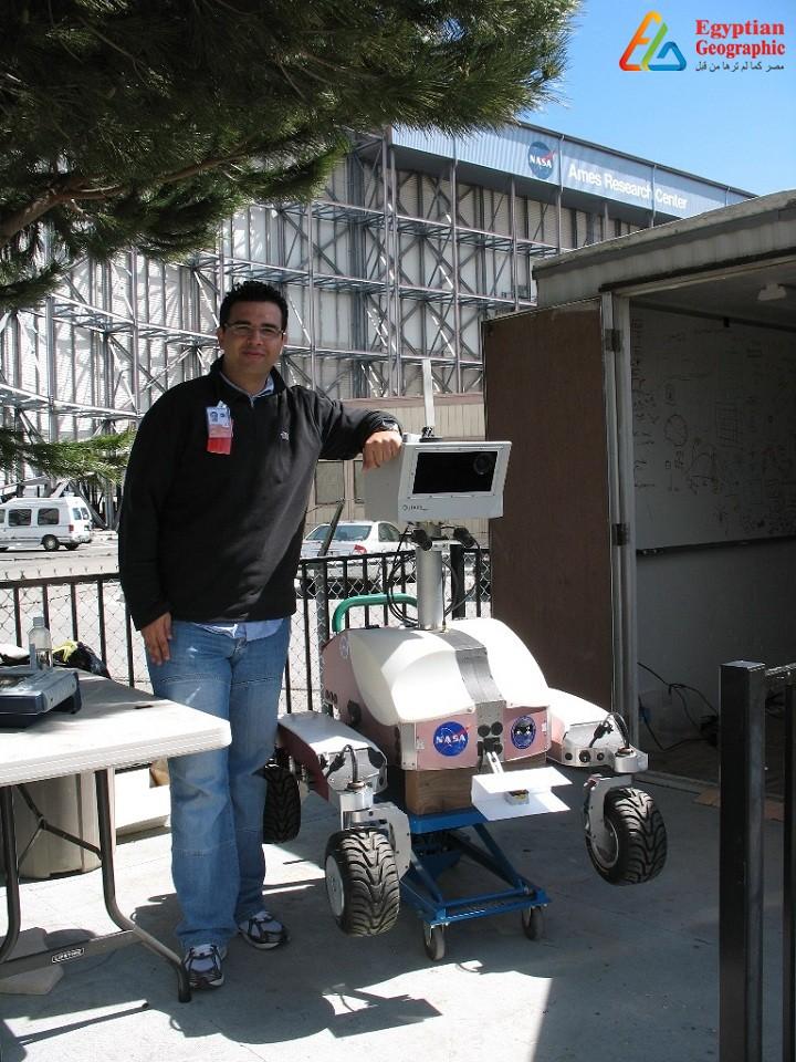 عصام حجي أمام شعار وكالة ناسا