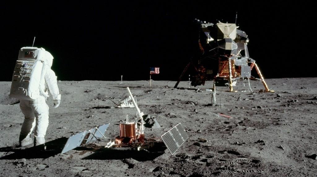 رحلات رواد الفضاء على سطح القمر