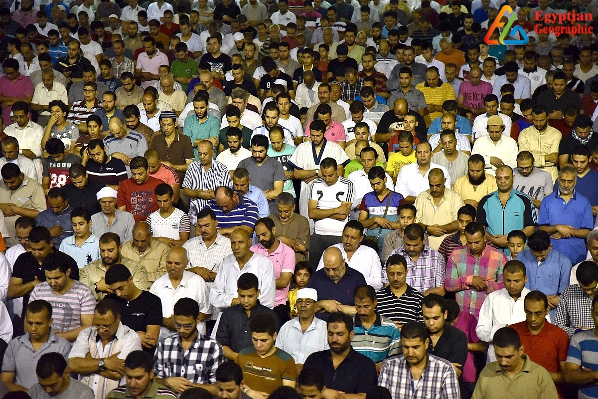 الالاف من المصلين بمسجد عمرو بن العاص