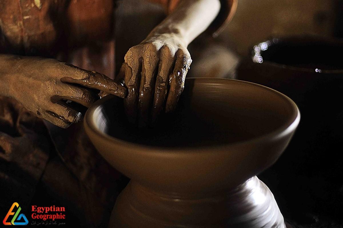 عم رمضان أقدم صانع للفخار في مصر