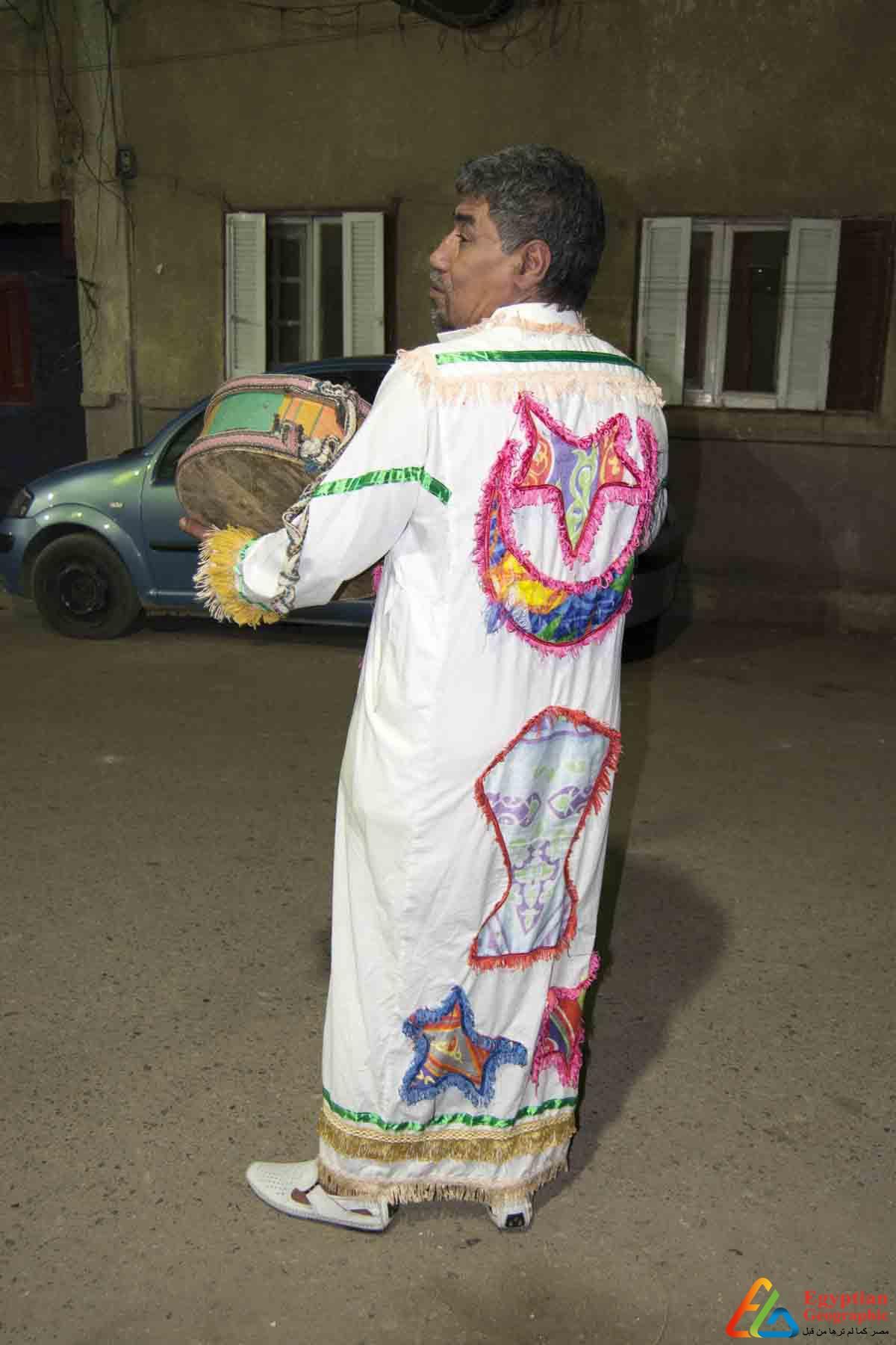 المسحراتي يرتدي زية التقليدي