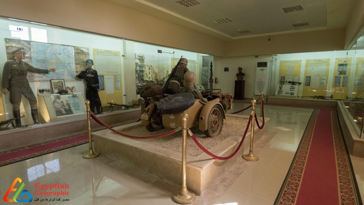 مشهد عام لمقابر الكومنولث ويظهر من بعيد صليب المذبح