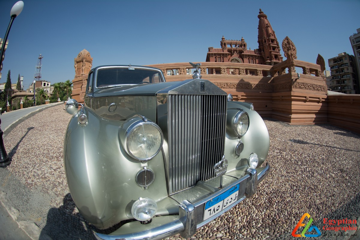 سيارة بنتلي تقف أمام قصر البارون