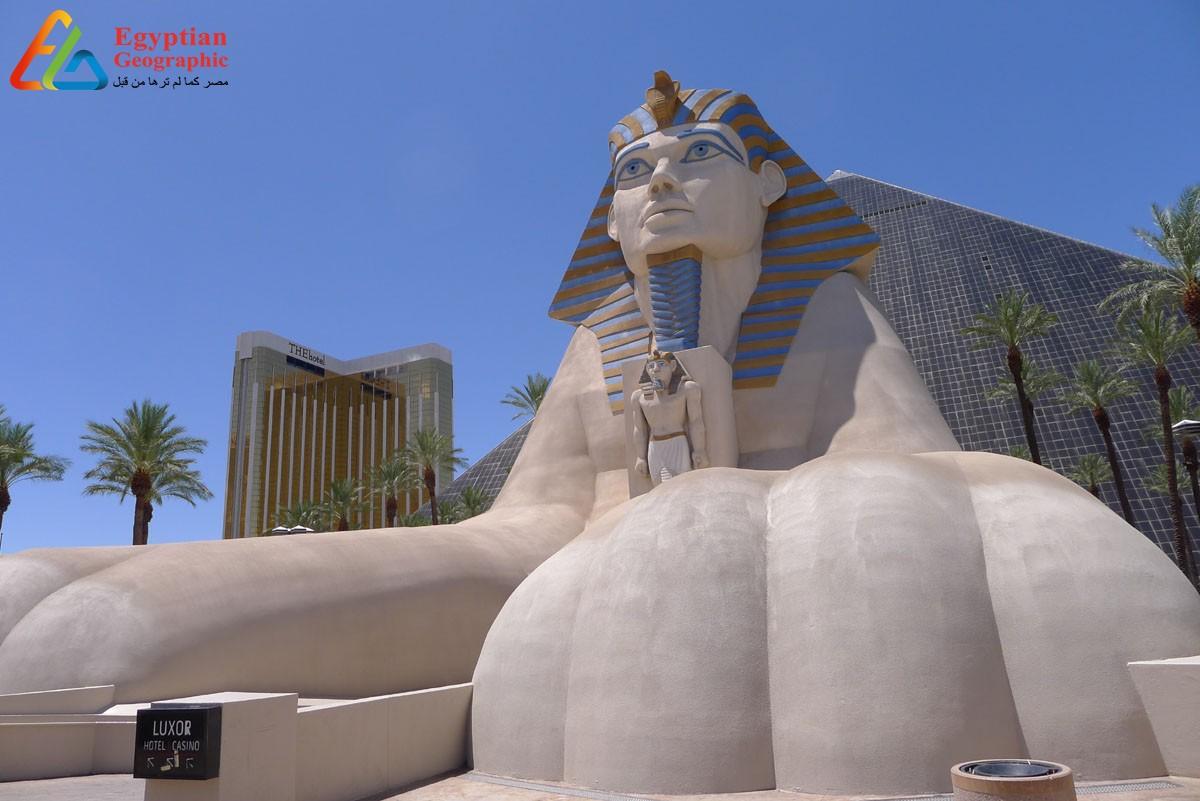 صورة بانورامية لفندق الأقصر ويقف أمامها تمثال أبو الهول ومدخل من طريق الكباش