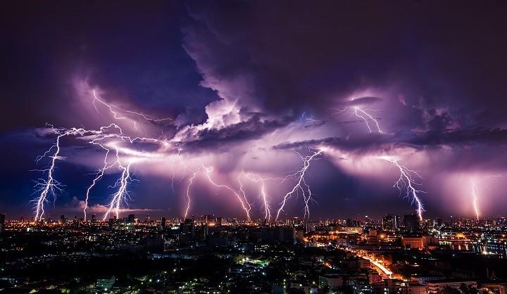 خيوط البرق يضرب أحد المدن